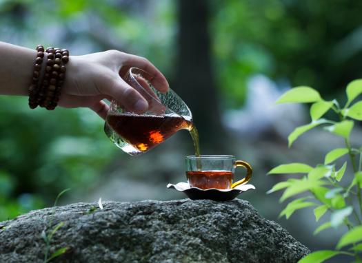 降温了,喝杯普洱熟茶热茶暖心窝吧!