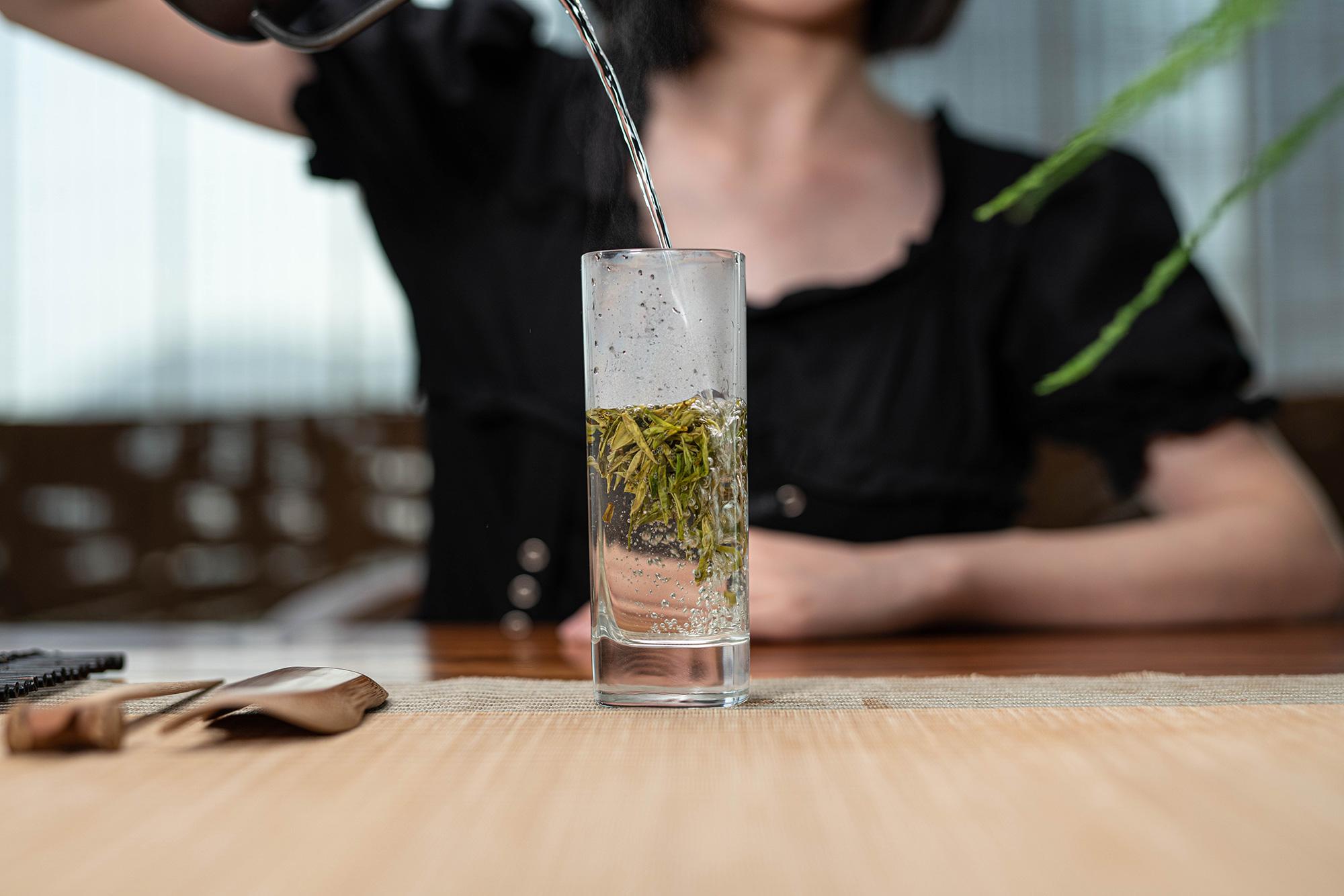 """""""新鲜出炉""""的龙井茶适合立马喝吗?正常人都是怎么干的?"""